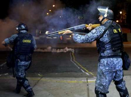 Houve tumulto quando policiais revistaram um artesão