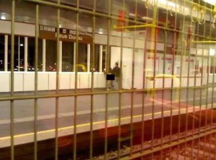O casal não se intimidou com as câmeras de segurança e com os usuários que passavam pela estação