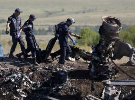 Europa - Especialistas holandeses analisam corpos de vítimas do MH17