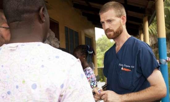 Kent Brantly, um dos dois profissionais de saúde dos EUA infectados com o vírus, desembarcou no sábado em uma base aérea do estado da Geórgia