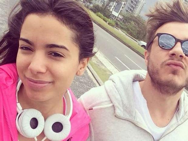 Anitta encarou as baixas temperaturas nessa sexta-feira (15) e resolveu se exercitar na orla da Barra da Tijuca, no Rio de Janeiro, ao lado do cabeleireiro dos famosos Thiago Fontes. Ele publicou uma foto junto com a cantora no Instagram, que aparece de cara lavada, blusa pink e fones brancos