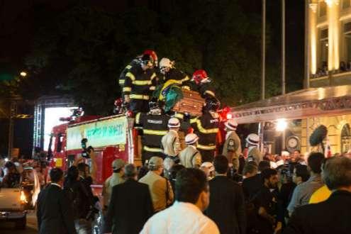 Bombeiros tiram caixão de Eduardo. Foto: Luiz Pessoa/NE10