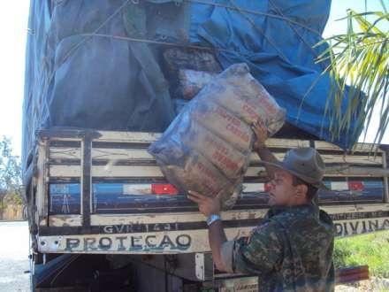 Carvão seria vendido em Belo Horizonte, segundo o caminhoneiro (Foto: Divulgação / Polícia Militar Rodoviária)