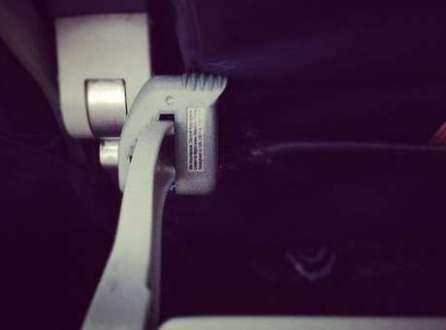 Defensor de joelhos é um acessório que impede que a pessoa da frente recline sua poltrona
