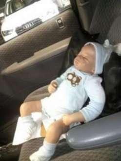Ao quebrar a janela do veículo, os paramédicos se depararam com uma boneca