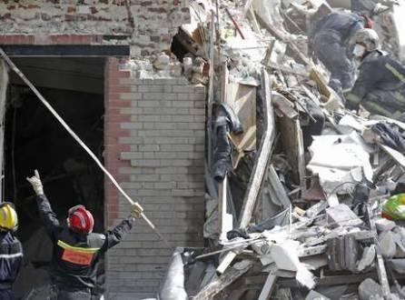 Bombeiros trabalham em escombros procurando desaparecidos após explosão