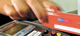 As altas taxas cobradas pelo uso do cheque especial e do rotativo do cartão de crédito, também comprometem o orçamento