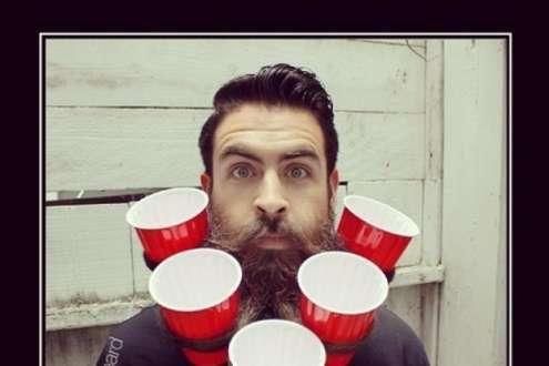 Homem usa barba para apoiar alimentos e bebidas.