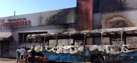 A Polícia Militar ainda não sabe se o incêndio foi criminoso ou se provocado por uma pane no veículo; a Polícia Civil realizou perícia no local