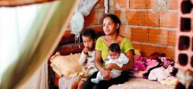 Dificuldade. Com três filhos – um de 1 mês –, Liliane vive em casa de dois cômodos e sem sanitário