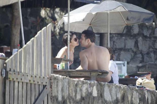 Casal trocou carícias e se divertiu com os filhos do ator em tarde na praia do Abricó, no Rio de Janeiro