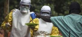Médicos do grupo Médicos Sem Fronteiras preparam a alimentação dos pacientes mantidos em uma área de isolamento de tratamento contra o Ebola, em Kailahun, Serra Leoa, em julho. 20/07/2014