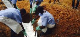 Voluntários enterram o corpo de uma pessoa infectada pelo vírus Ebola, em uma sepultura em Kailahun, em 2 de agosto