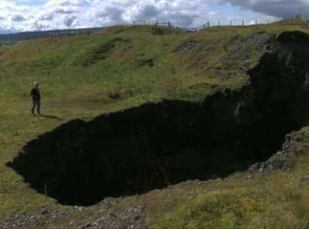 Proprietário busca explicação para buraco que apareceu após série de barulhos estrondosos no Reino Unido