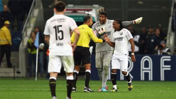 O goleiro Aranha, do Santos, reclama de ofensas racistas por parte da torcida do Grêmio, em partida das oitavas de final da Copa do Brasil, em Porto Alegre