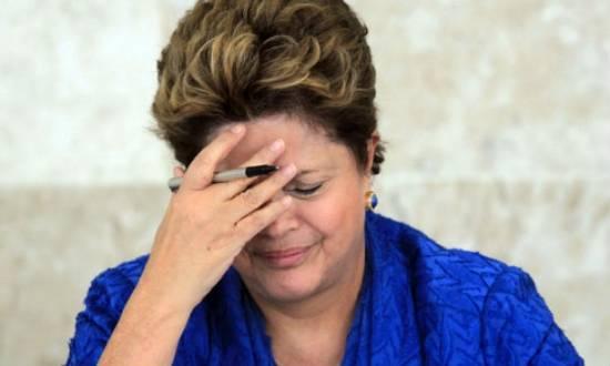 """Antes de tocar a música do programa, locutor diz que guia da coligação Muda Brasil, de Aécio, é """"dos desesperados"""""""