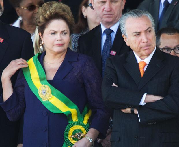 Brasil - Denunciados em esquema da Petrobras não vão a desfile