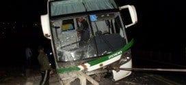 Um ônibus da empresa São Geraldo ficou pendurado em um viaduto na BR-116 na madrugada desta segunda-feira, 22 de setembro, na altura do quilômetro 763, em Leopoldina, na zona da mata mineira.