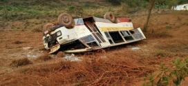 Nomes dos passageiros e gravidade dos ferimentos não foram divulgados. Testemunhas informaram que o motorista dormiu ao volante.