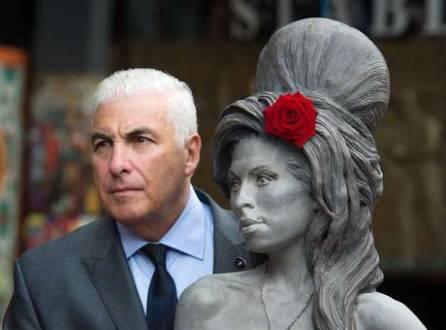 Estátua de Amy Winehouse é inaugurada em Londres