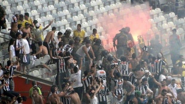Sinalizador, proibido no estádio, foi aceso na torcida do Atlético-MG durante o clássico no Mineirão (Foto: Rafael Araújo)