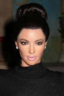 O volume do coque alto de Kim Kardashian pode ser obtido com um donut para cabelo