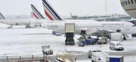 Aviões da Air France estacionados no aeroporto Charles-de-Gaulle, nos arredores de Paris