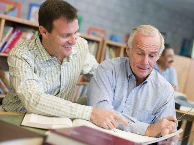 Tutores - Criada em 2007, a rede de educação multidisciplinar e serviços de tutoria oferece desde reforço escolar para jovens até cursos de artes para idosos. Com um investimento inicial a partir de R$ 20 mil, a Tutores tem um faturamento mensal estimado em R$ 25 mil, prometendo um retorno entre 6 e 12 meses