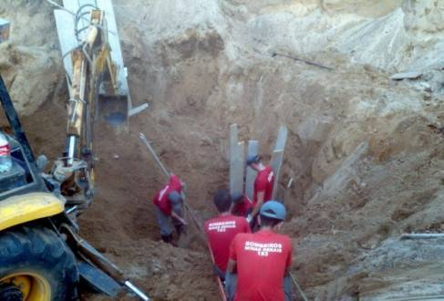 No momento em que saía do buraco, vítima foi atingida por um deslizamento de terra; resgate do corpo aconteceu nesse sábado