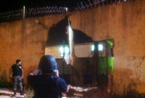 Brasil - Caminhão bate em muro do presídio de Pedrinhas e presos fogem