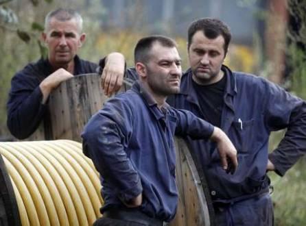 Mineiros em frente a uma mina de carvão em Zenica, na Bósnia; terremoto que atingiu o país deixou 34 mineiros presos na mina