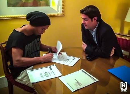 Futebol - Ronaldinho Gaúcho assina contrato com o Querétaro do México