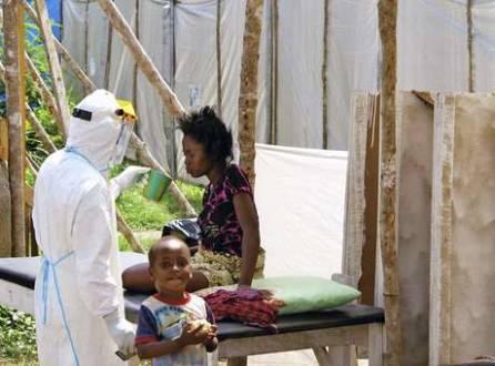 Paciente com ebola é alimentada por um agente de saúde em Serra Leoa