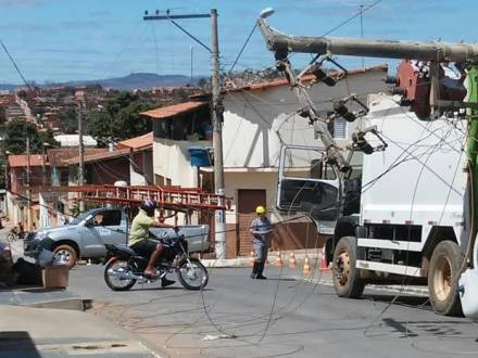 Caminhão da Esurb derruba poste em Montes Claros - Foto: Gabriel Junior Mendes Barbosa
