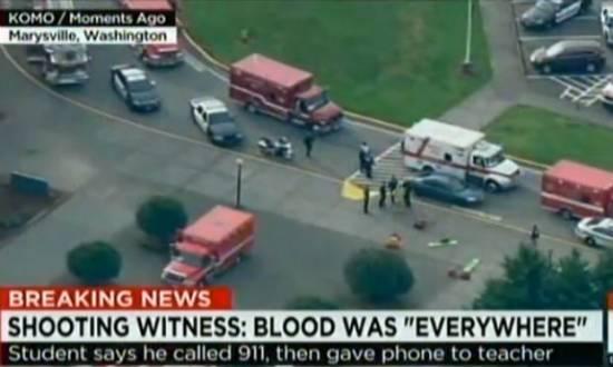Imagens ao vivo de um canal mostram a movimentação de carros polícia e ambulâncias, do lado de fora da escola.