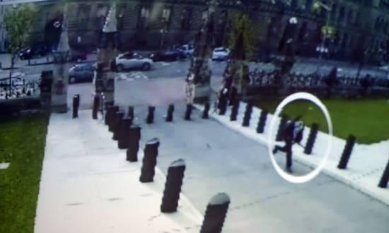 Imagens de câmeras de segurança mostram o atirador sendo perseguido por uma guarda.