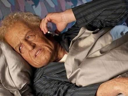 Hugh Grant postou uma foto divertida, com maquiagem que o deixou mais velho e peruca loira