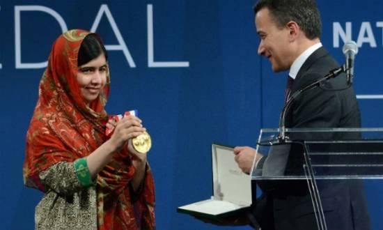 Malala pediu aos governos que parem de gastar dinheiro em armas e passem a investir nas crianças e jovens.