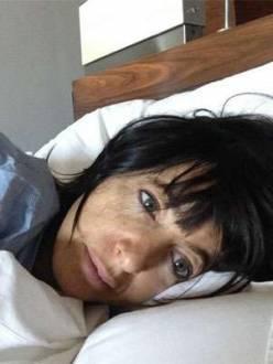 Claudia Winkle postou foto na cama e sem maquiagem