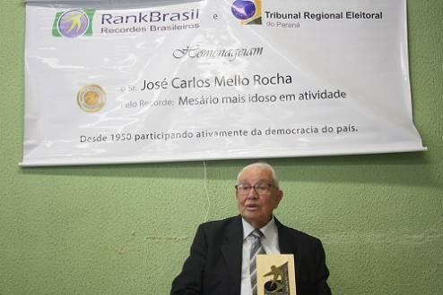 Mesário mais idoso do país foi homenageado em 2012 pelo RankBrasil e Tribunal Regional Eleitoral do Paraná / Foto: RankBrasil