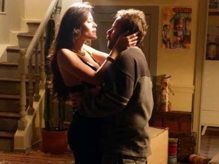 'Império': por vingança, Carmen agarra catador de latinhas