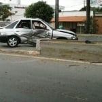 Carro bateu em mureta de proteção do canteiro da via (Foto: Vinícius Matos /G1)