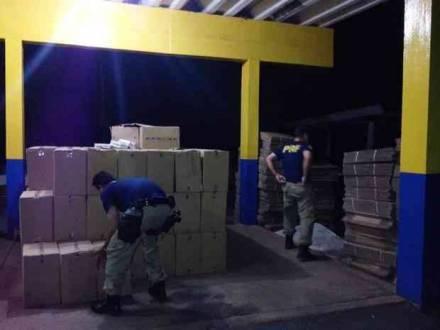 Montes Claros - Polícia Rodoviária Federal apreende caminhão com 300 caixas de cigarros contrabandeados na BR-251