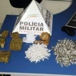 Na residência, na Rua França, a Polícia Militar (PM) apreendeu dois pés de maconha, 200 pedras de crack e 150 buchas, além de dois tabletes de maconha.
