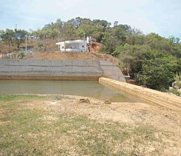 SECA - Na barragem de Formiga, onde tinha água é possível encontrar mato