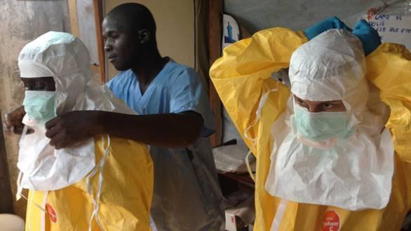 Na Guiné, devido ao surto  do vírus ebola,  profissionais da saúde usam kits completos de segurança. A Organização Mundial da Saúde (OMS) declarou estado de emergência no país (European Commission/VEJA)