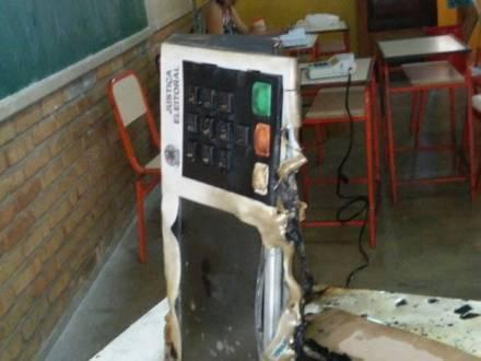Eleições 2014 - Homem ateia fogo em urna eletrônica em Porteirinha