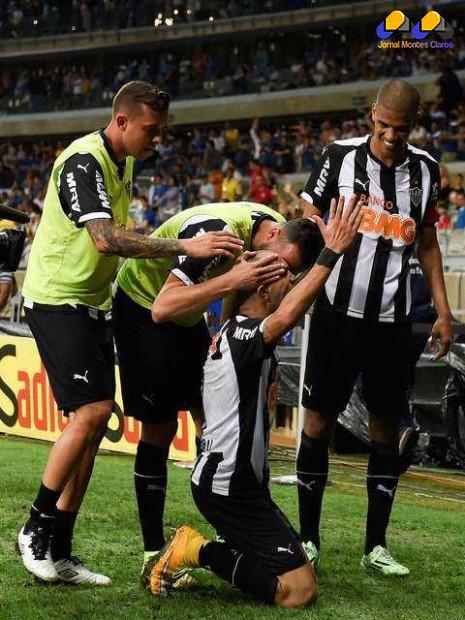 Tardelli se ajoelha para comemorar gol de abertura do placar