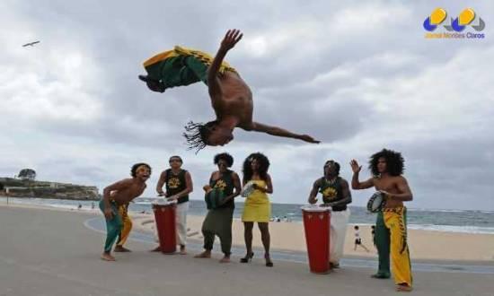A capoeira é uma prática cultural afro-brasileira que combina a luta e a dança, cujas origens remontam ao século XVI.