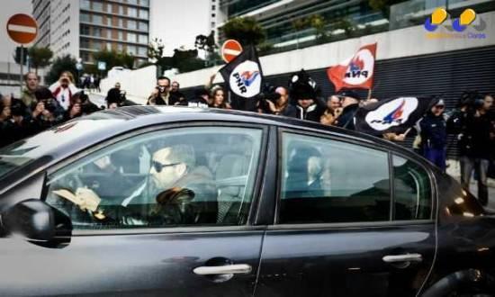 Sócrates chegou para a apresentação à justiça em um carro da polícia.